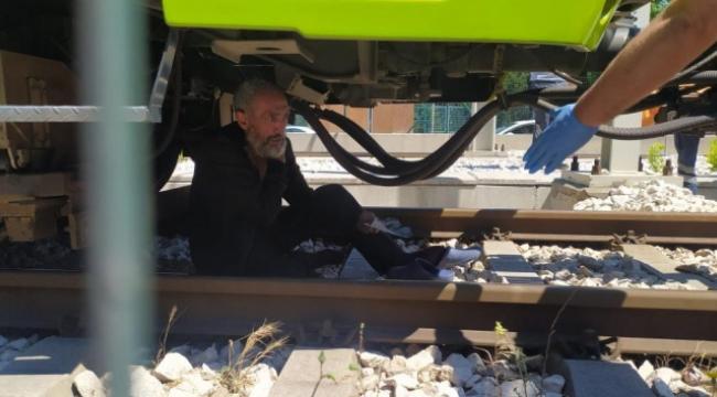 Psikolojik sorunları olduğunu iddia eden bir kişi elindeki bıçakla kendisini tramvayın altına attı